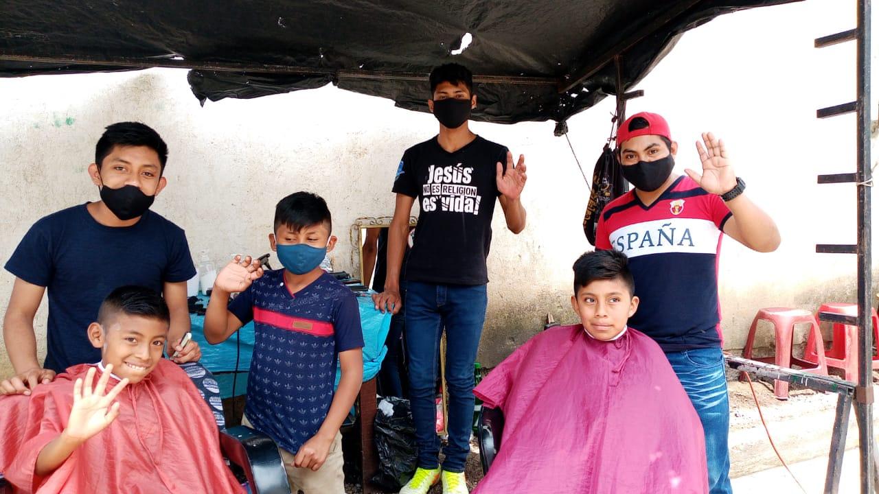 Un corte de cabello gratis en peluquería ambulante